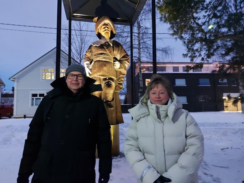 Kokkolan Energialta Mikko Rintamäki sekä kaupunginjohtaja Stina Mattila ihailivat valaistua kaupungin perustajaa.