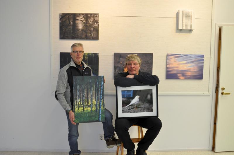 Heikki Holtti ja Veikko Siponkoski otostensa kanssa. Taustalla Holtin ottamia kuvia.