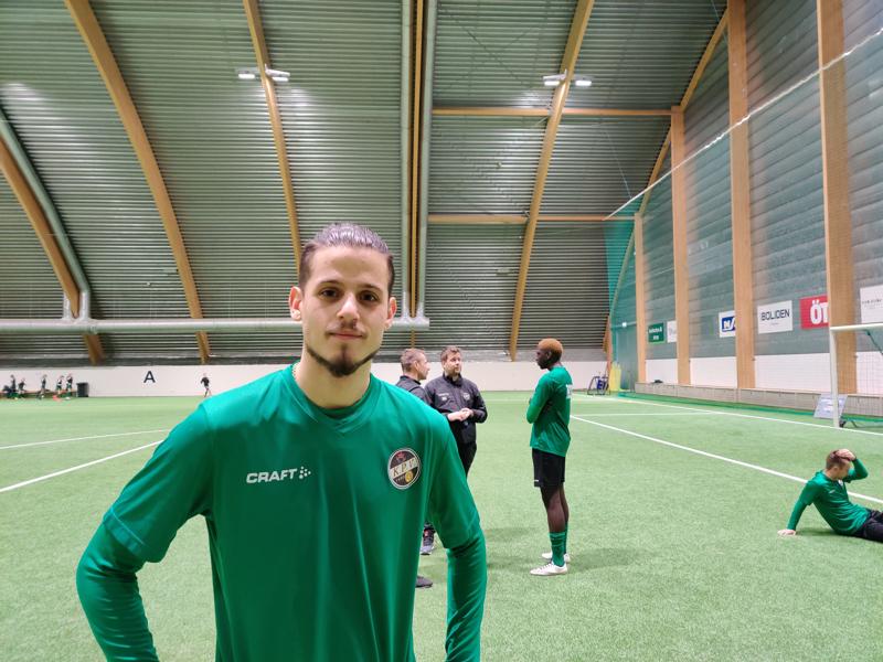 Ruotsalaiskärki Alexandar Mutic hehkuttaa Pallo-Veikkojen toimintaa. Taustalla valmentajat Niko Kalliokoski ja Niklas Vidjeskog jutustelevat oman kasvatin Wegye Wegyen kanssa.