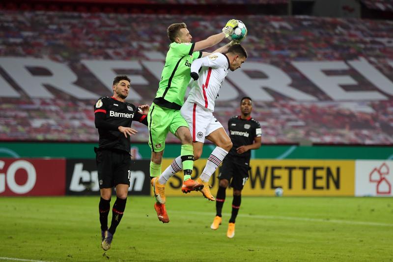 Vuoden urheilijaksi valittu maalivahti Lukas Hradecky (kesk.) oli työn touhussa tiistaina, kun hänen seuransa Bayer Leverkusen kohtasi Saksan cupissa Eintracht Frankfurtin.