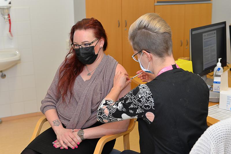 Sairaanhoitaja Minna Nieminen sai koronarokotteen viime perjantaina terveydenhoitaja Anna Jussilalta.
