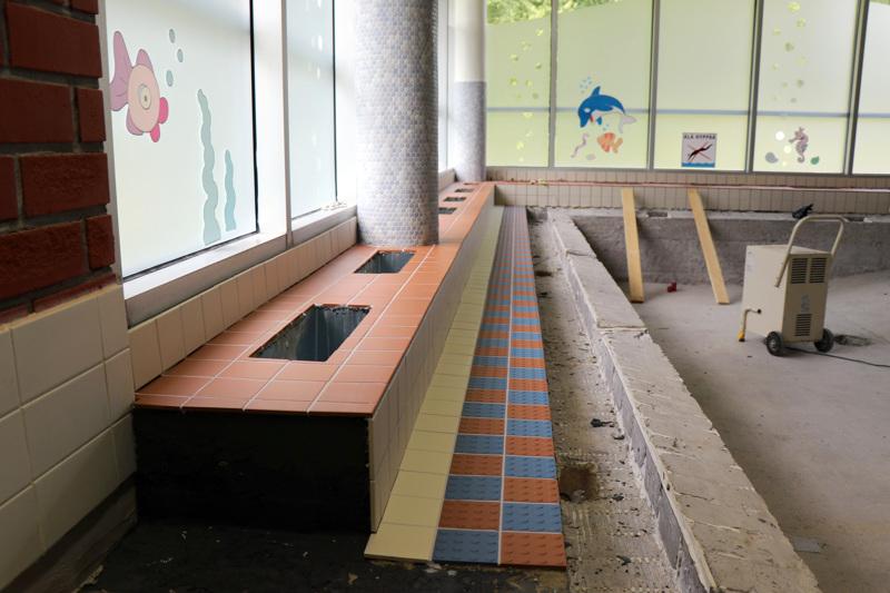 Tältä Vetelin uimahallin lastenallas näytti viime elokuussa, kun siitä oli poistettu vanhat laatat. Nyt uusia on päästy vihdoinkin asentamaan.