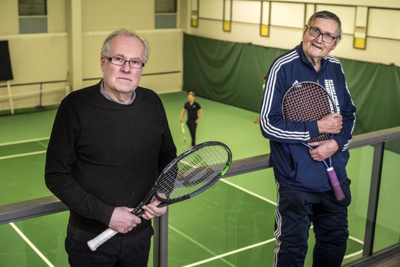 Kokkolan Tenniskerhon Tom Bjon ja Ahti Seppelin toivovat, että Urheilutalo palvelee tenniksen harrastajia mahdollisimman pitkään.