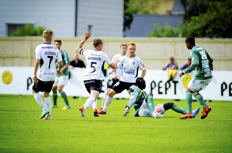 Tuomas Lähdesmäki (keskellä) pelasi neljä kautta Valkeakosken Hakassa. Alkavalla kaudella Lähdesmäki nähdään Pietarsaaren Jaron pelipaidassa.