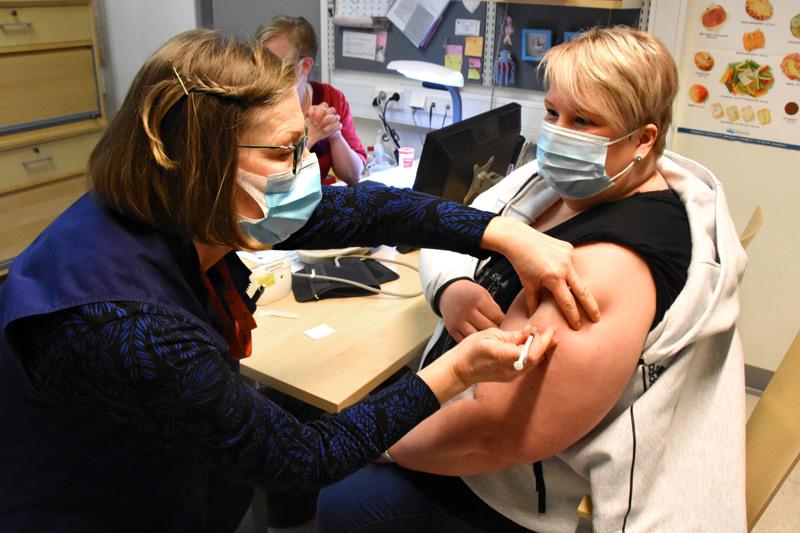Terveydenhoitaja Outi Liimatainen pistää lähiajat päätyökseen koronarokotuksia haapavetisten olkavarsiin. Torstaina vuorossa oli työtoveri Leila Jylänki.
