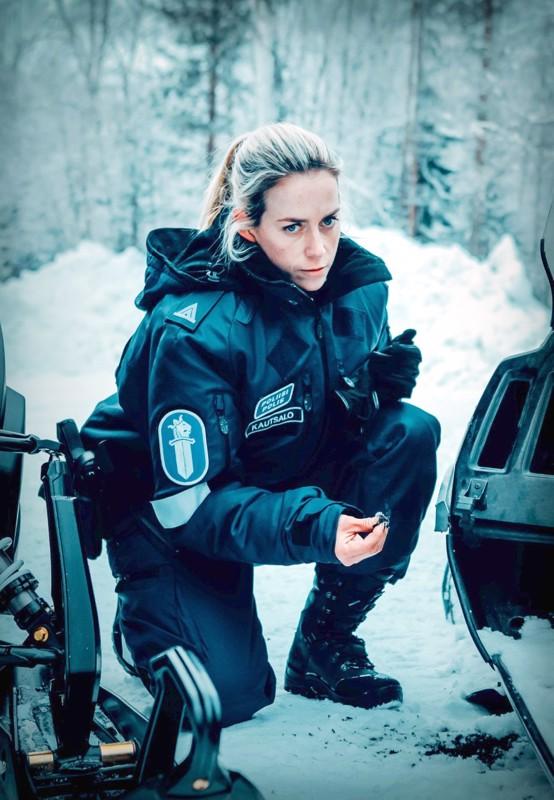 Poliisina Iina Kuustonen.