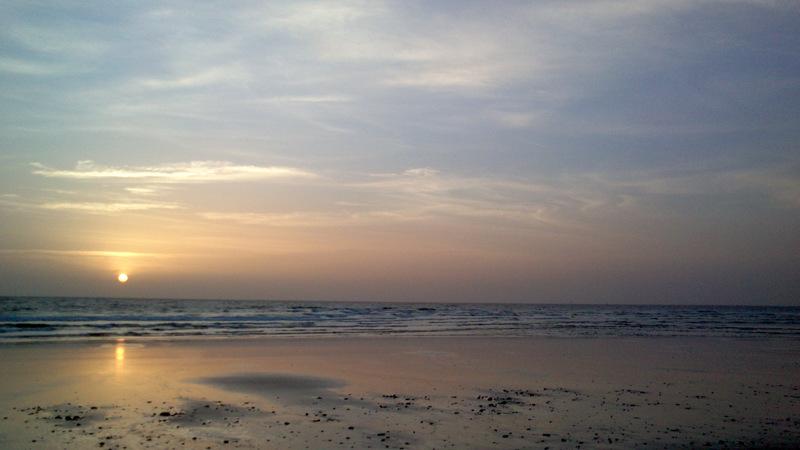 Meren kohina auringon noustessa on hyvä paikka harjoittaa pohdiskelua ja rauhoittumista.