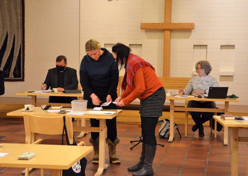 Ääntenlaskenta. Virpi Ali-Haapala (vas.) jatkaa äänestyksen jälkeen Toholammin seurakunnan kirkkovaltuuston puheenjohtajana. Kirkkoherra Jorma Harju (oikealla) johtaa kirkkoneuvostoa. Aili Myllykoski ja Minna Lankinen toimivat ääntenlaskijoina.