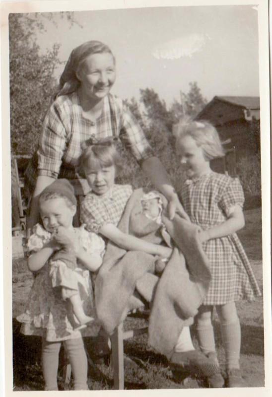 Tunnistettu. Kuvassa on äiti Anni Alaverronen ja hänen tyttärensä Aila, Anneli, Armi ja Anita. Anita on Ailan sylissä.