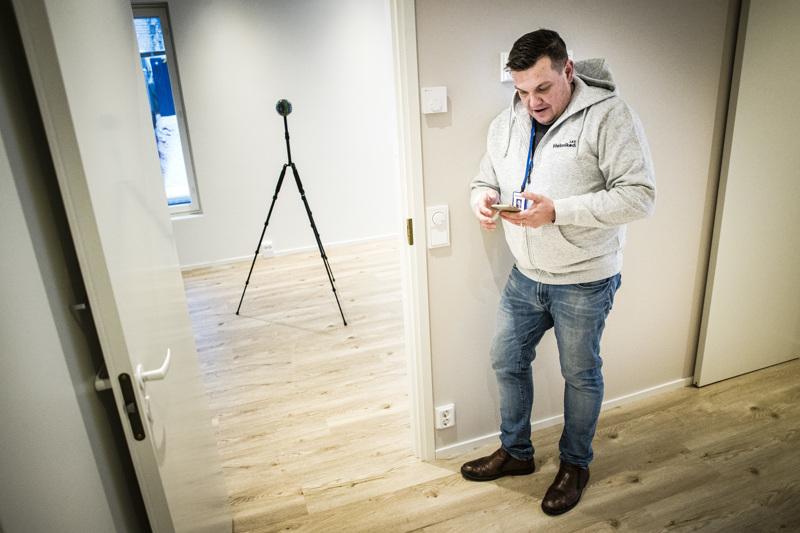 Kiinteistönvälittäjä Antti Pietilä on asettanut Panono-kameran paikalleen keskelle rovaniemeläisen asunnon huonetta ja vetäytynyt kulman taakse piiloon. Hän operoi kameraa kännykän välityksellä.