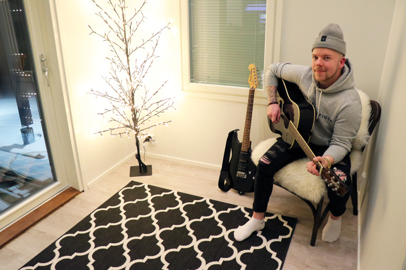 Joni Nikula harrastaa myös kitaran soittamista.