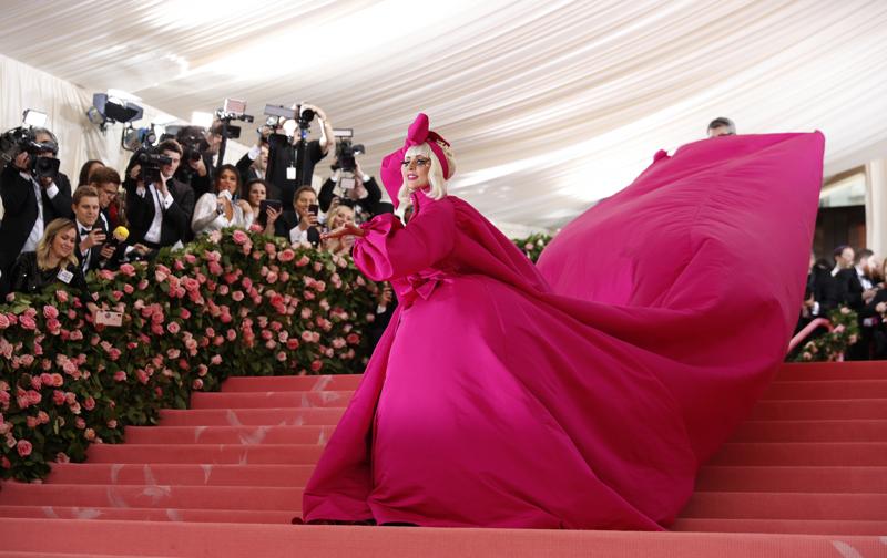 Taiteilija Lady Gaga esittää Joe Bidenin virkaanastujaisissa Yhdysvaltain kansallislaulun. Kuva on vuodelta 2019 New Yorkista.