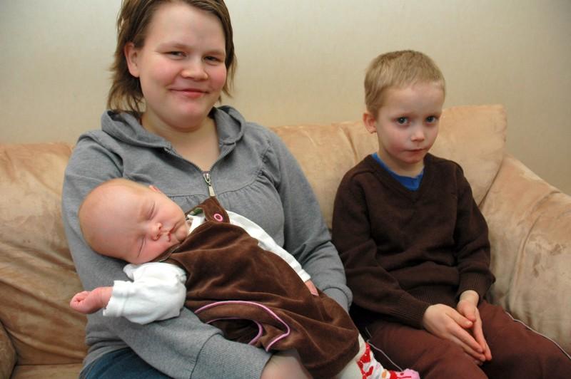 Outi Katainen kertoi sisarusten auttelevan mielellään vauvan hoidossa.  Kuvassa Aatu-veli.