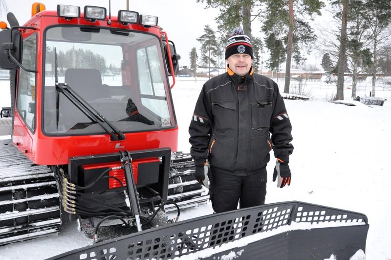 Juha Takala huolehtii Vetelin hiihtoladuista latukoneella, joka soveltuu hyvin paikallisiin tarpeisiin.