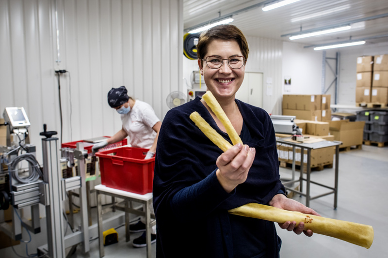 Kokkolan Nahka valmistaa puruluita hirvennahasta. Kuvassa Mirva Kenttämies Kokkolan Nahka Oy:stä.