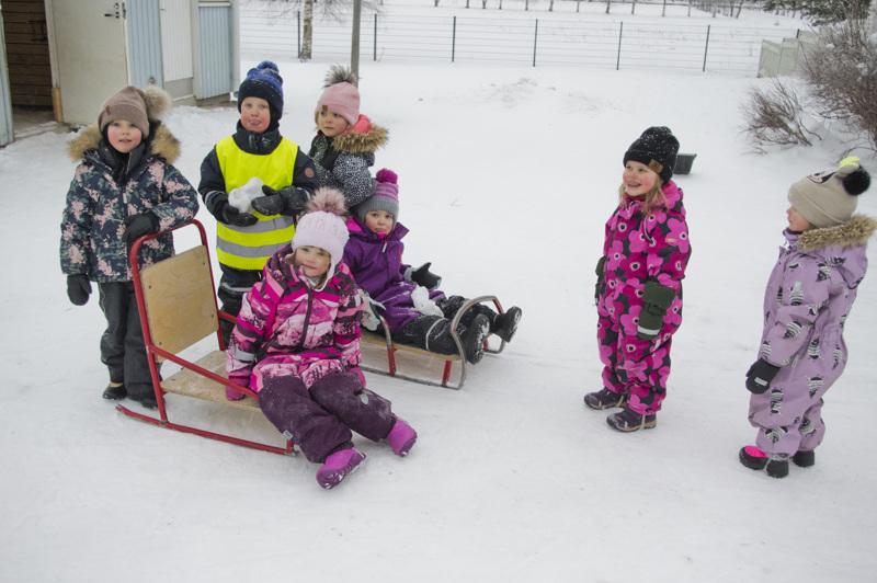 Nivalan päiväkodeissa on nyt kolmisen sataa lasta. Tässä kuvassa on Nokelan 3-4-vuotiaita eli matruuseja.