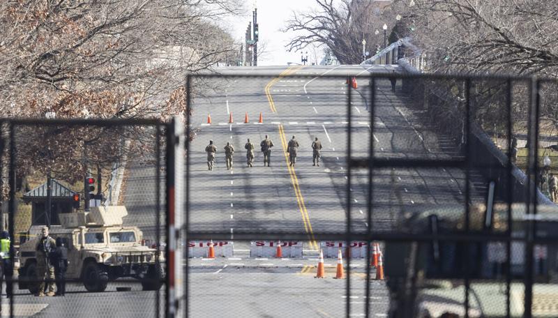Kansalliskaartin joukot partioivat aidatulla kongressitalon edustalla Washingtonissa perjantaina. Kaupunkiin asetetaan ainakin 20000 kansalliskaartin sotilasta ja muita turvatoimia, joilla varaudutaan mahdollisiin väkivaltaisuuksiin liittyen Joe Bidenin virkaanastujaisiin.