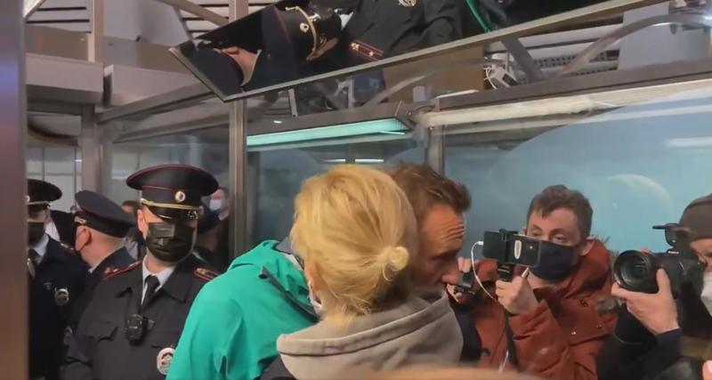Poliisi pidätti Aleksein Navalnyin sunnuntai-iltana lentokentällä Moskovassa sen jälkeen, kun hän lensi Saksasta Venäjälle. Julia-vaimo halasi häntä.