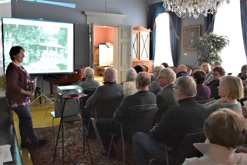 Karhusaaren historiaa muisteltiin jo viime helmikuussa museolla eli Malmin talolla Carola Sundqvistin johdolla. Kohta kuvallista dokumentointia ovat Karhusaaren kaduilla tekemässä ammattikoululaiset.