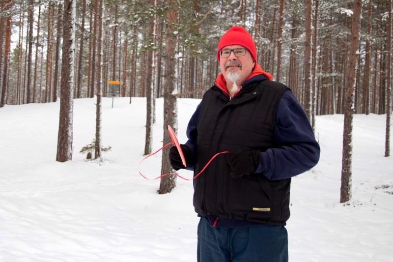 """Frisbeegolf mielletään kesälajiksi, mutta sitä voi harrastaa myös talvella. Kiekkoon kannattaa kiinnittää naru """"hännäksi"""" jolloin kiekon löytää helpommin lumen seasta, vinkkaa kokkolalainen Aimo Palosaari."""