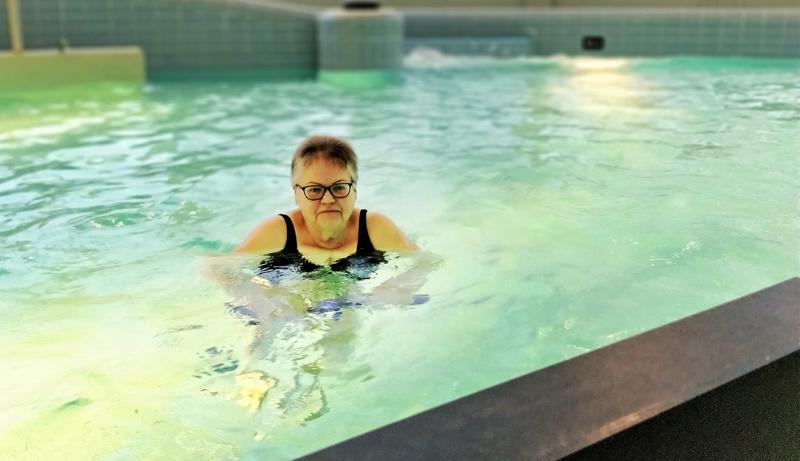 Margaretha Sundkvist käy nauttimassa vesitreenistä 31-asteisen veden syleilyssä pari kertaa viikossa. Hän kokee vesijumpan hyväksi lääkkeeksi selkävaivoihin.