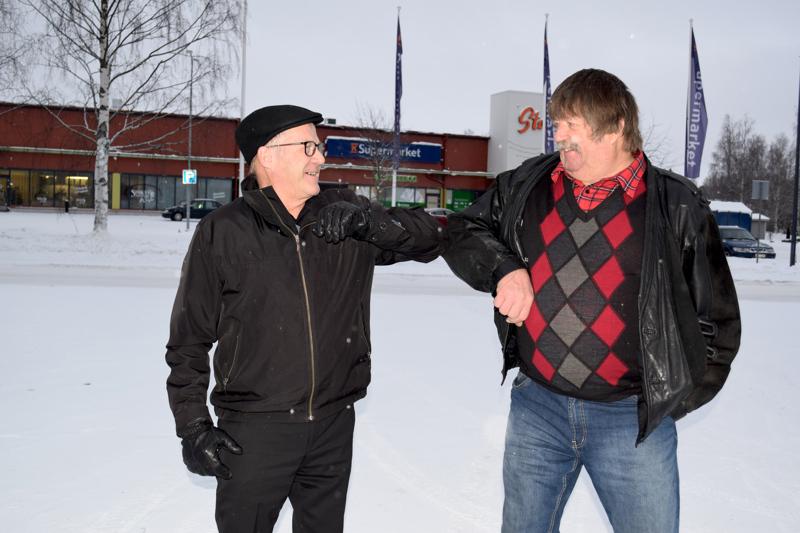"""Jymypaukku Haapajärveltä. """"Ikiperussuomalainen"""" Matti Viitala jätti puolueensa ja hyppäsi keskustan kelkkaan. Keskustan kunnallisjärjestön puheenjohtaja Paavo Ranua toivotti hänet tervetulleeksi keskustan listoille."""