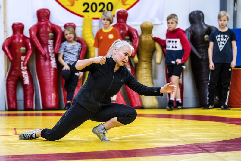 Näin se menee. Petra Olli näyttää mallia, juniorit seuraavat molskin reunalla.