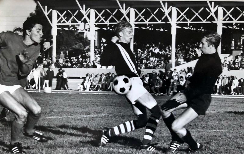 Raimo Sorvisto (kuvassa keskellä) lähenee Celticin maalia. Taustalla näkyy entinen pääkatsomo.