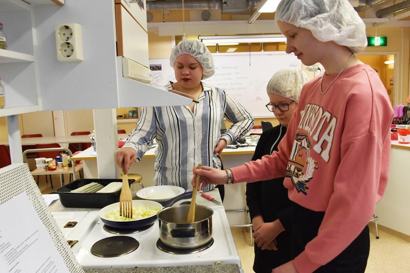 Kokkikerho yläkoululaisille on yksi HaHaHa-hankkeen myötä käynnistyvistä harrastusryhmistä. Kuvassa Annika Kortet, Matilda Junnonaho ja Aada Vinkki yläkoulun kotsan tunnilla marraskuussa.