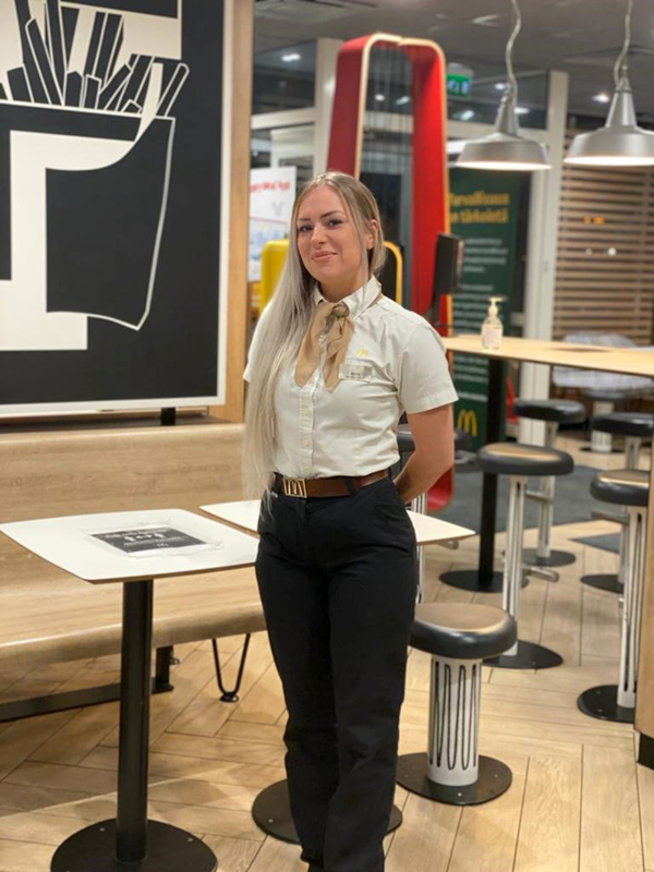 Jenna Willman työskentelee Kokkolan McDonalds'in ravintolapäällikkönä.