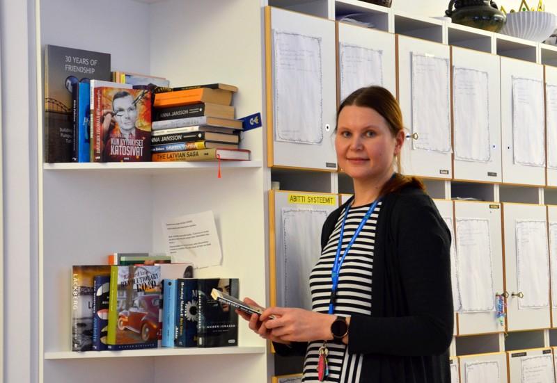 Eläytyvä lukija. Elina Niskakoski on vuoden äidinkielenopettaja. Hän opettaa Toholammin lukiossa ja yläkoulussa ja asuu Reisjärvellä.