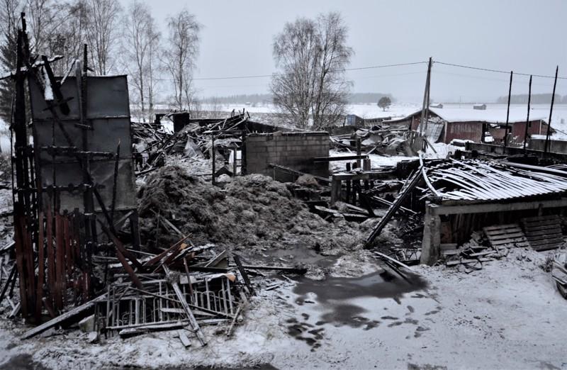 Navetta ja sen yhteydessä ollut varasto paloivat maan tasalle.