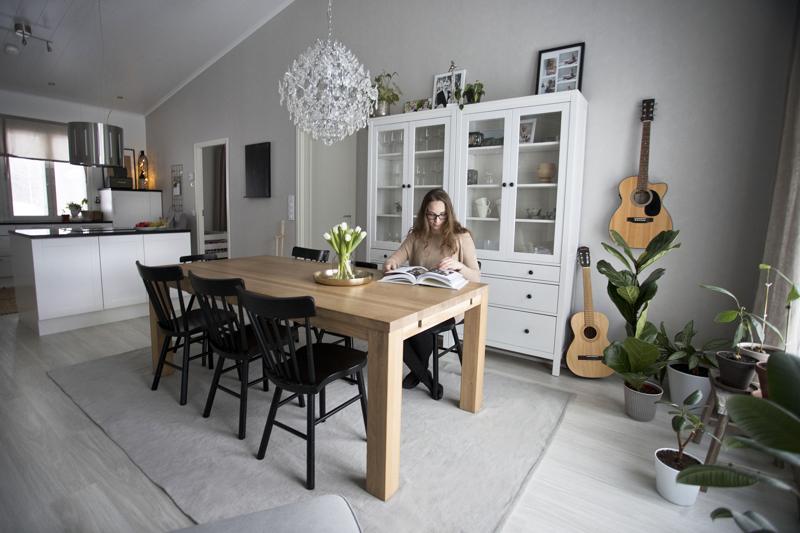 Marjella Turvanen pitää kodin yleissävymaailman neutraalina. Sisustukseen saa vaihtelua erilaisilla tekstiileillä ja sisustusesineillä.