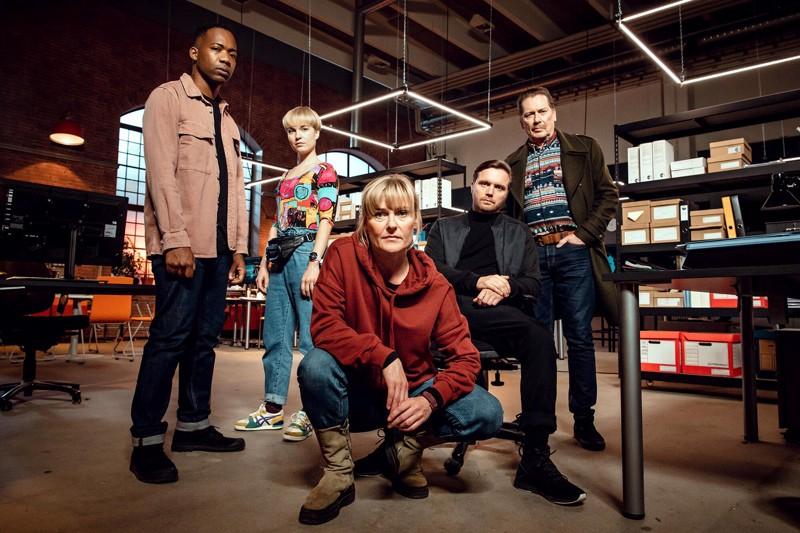 Varokaa vankikarkurit! Keskellä pomona Pirjo Lonka, vasemmalta Deogracias Masomi, Anna Böhm, Pelle Heikkilä ja Matti Onnismaa.