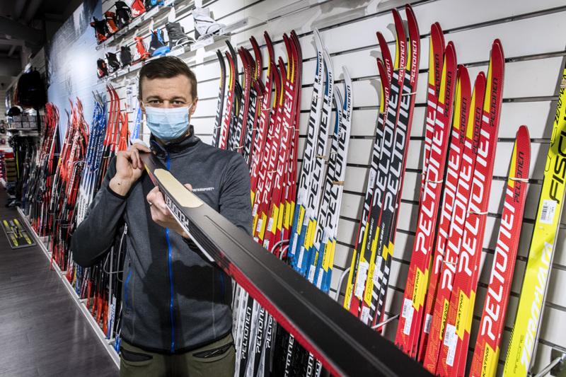Kokkolan Intersportin kauppias Tommi Martikainen esittelee perinteiseen hiihtoon tarkoitettua karvapohjasuksea, jota myydään eniten.