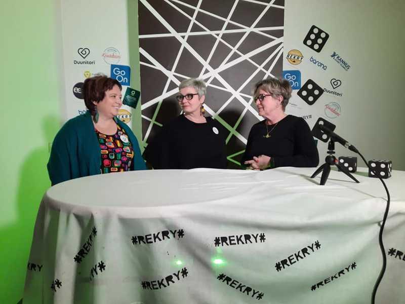 Virtuaalisesti. Rekrymesuut pidetään virtuaalisesti PaikallisTV:n kautta. Anja Takkunen, Sari Saarikoski ja Hanne Ylitalo testailivat jo studiota.
