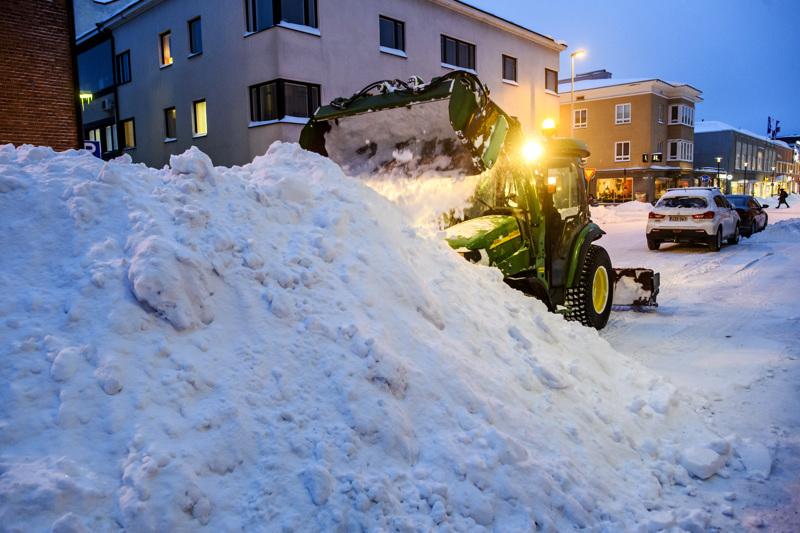 Lumityöt alkoivat perjantaina aamulla heti kello 2 jälkeen lumimytäkän ollessa vielä pahimmillaan. Rantakadulla lumitöitä teki Matias Yrjänä Kiinteistöpalvelu Pekka Pietilästä.