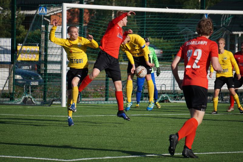 FC-92 nähdään ensi kesänä Nelosessa ja mikäli valmentajaa on uskominen, erilaisella ilmeellä kun aiemmin. Arkistokuvassa punapaidoista Risto Visuri ja Niko Saarilampi vauhdissa.