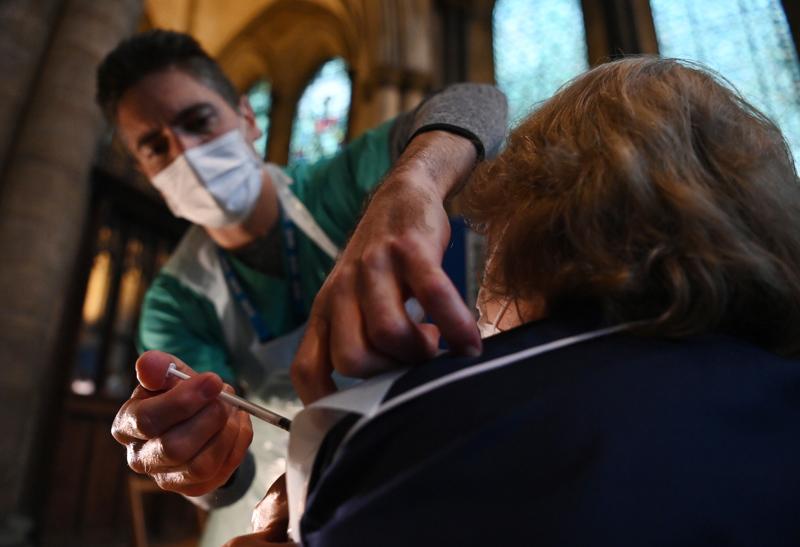 Rokotukset tehoavat nykytiedon perusteella tällä hetkellä leviäviin virusmuunnoksiin. Britanniassa on rokotettu noin miljoona ihmistä, mutta virusmuunnoksen vuoksi epidemiatilanne on maassa hyvin vaikea. Ihmisiä rokotetaan jopa kirkoissa, kuten tässä Salisburyn katedraalissa.