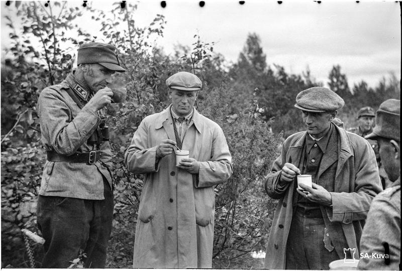 Kansanedustajat etulinjassa. Everstiluutnantti Paavo Susitaival viettämässä teehetkeä keskipohjalaiskansanedustajien Kauno Kleemolan (vas.) ja Matti Lepistön kanssa Prokkoilassa elokuun lopussa 1941.