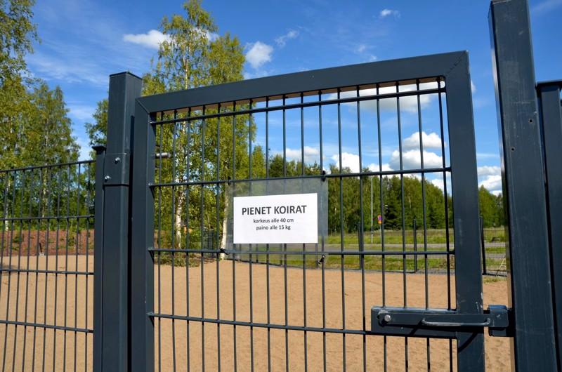 Kannukseen rakennettava koirapuisto on tarkoitettu sekä isoille että pienille koirille. Kuva Ylivieskan koirapuistosta.