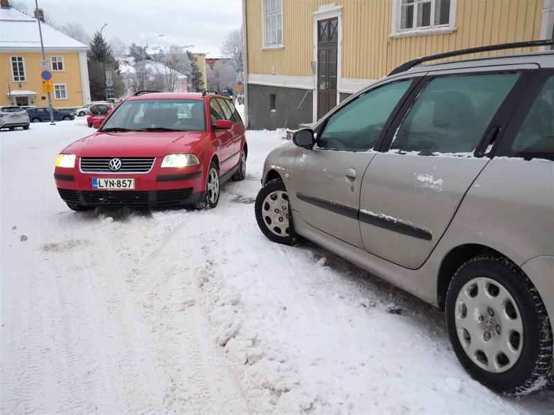 """Lumivalli, liukas alusta ja tulosuunnassa takana kaartuva katu vaikeuttavat palaamista kadulle, jos auto on pysäköity kadun vasempaan reunaan keula """"väärään suuntaan"""". Kuljettaja joutuu kääntämään päätään toden teolla nähdäkseen taakse."""
