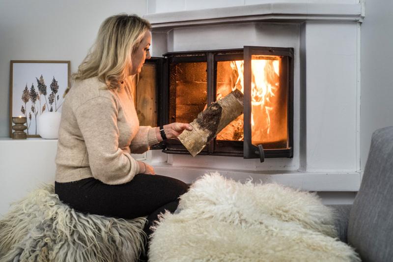 – Talvella joulun jälkeen haluan vaaleaa, freesiä ja ilmavaa. Silloin suosin valkoisia lampaantaljoja ja myös maanläheistä beigeä tuomaan lämpöä, kertoo Anne Puhakka-Biskop.