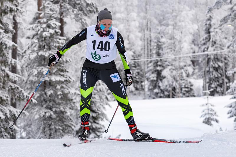 Roosa Juuska hiihti lauantaina viestivoittoon Nivalassa ja sunnuntaina Kalajoella pronssille. Arkistokuva.