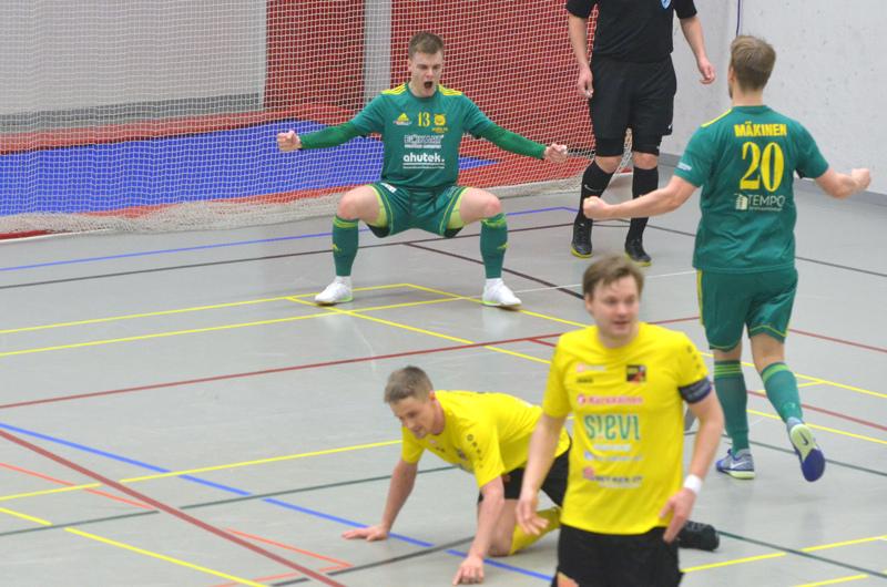 Ville Koskela otti ilon irti voittomaalistaan. Jarmo Junnolla ja Juho Alasuutarilla ei ollut yhtä hauskaa.