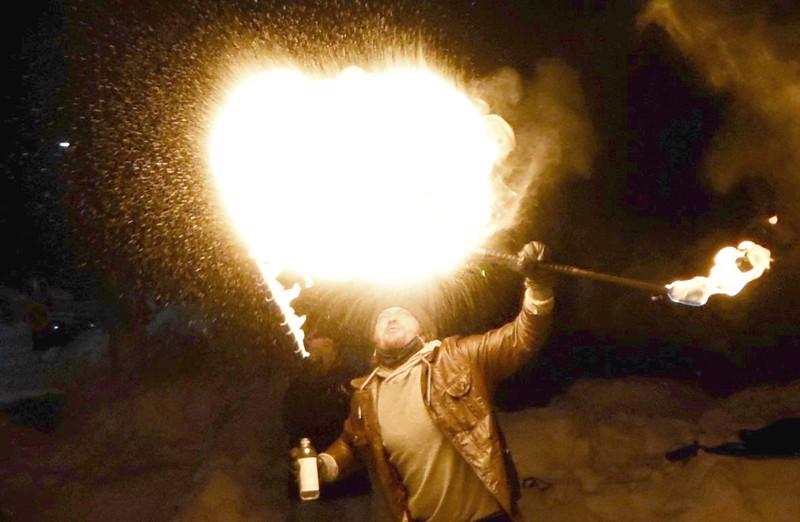 Illan kohokohdasta vastasi Antti-Jussi Kortesoja itse. Hän loi tulipatsaan puhaltamalla tulenarkaa nestettä palavaan soihtuun.