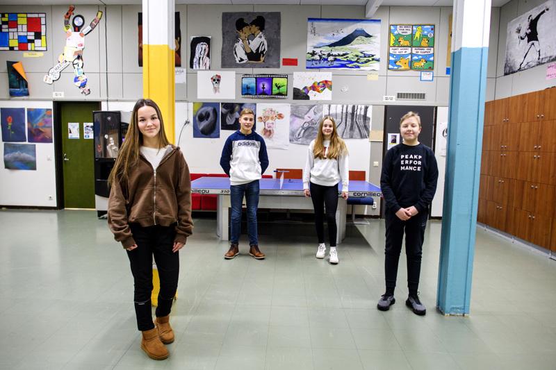 Suunta selvillä! Kokkolan Hakalahden koulun ysiluokkalaiset, vuonna 2005 syntyneet Alina Turpeinen, Kasper Biskop, Ella Tuikkanen ja Jaakko Rantanen.
