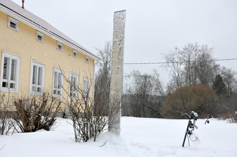 Vajaat kolme metriä korkea monoliitti löytyy Sillanpään Kartanon pihalta Vetelistä.