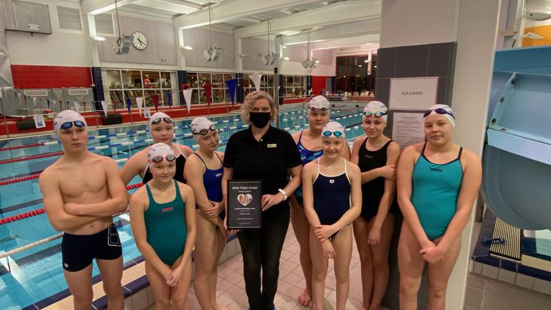 Kaija Ainassaari teki tuhannen euron lahjoituksen nuorille uimareille.