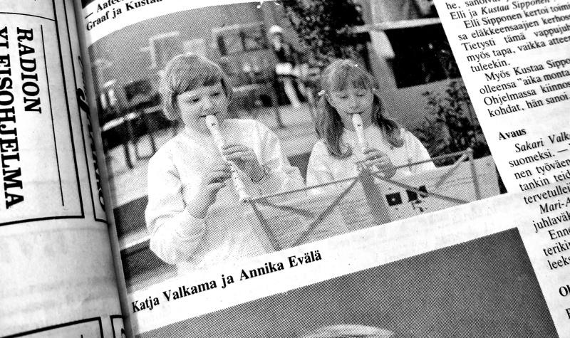 Katja Valkama, nykyinen Catja Ahokanto, soittaa 8-vuotiaana nokkahuilua  Sdp:n perinteisessä vappujuhlassa Kolmosella. Juttu tilaisuudesta kuvineen julkaistiin toukokuussa 1985 PS:n edeltäjässä, Uutis Jaakossa,